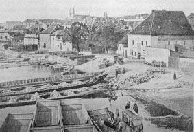 Černobílá fotografie starého Podskalí